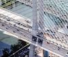 On peut apercevoir en avant-plan la nouvelle piste cyclable en construction qui doit ouvrir cet automne le long du pont Samuel-De Champlain.