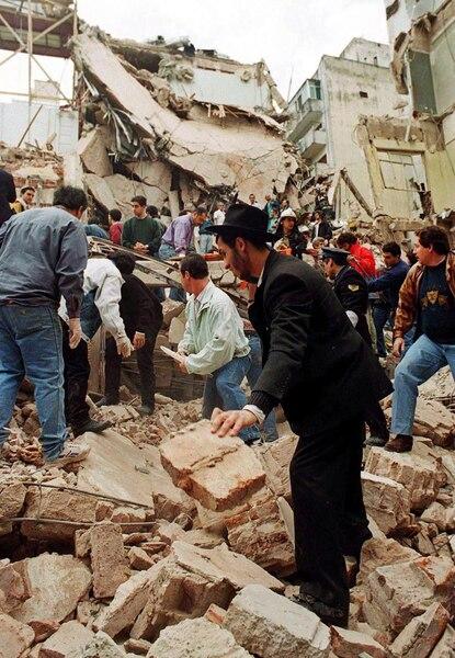 Les secouristes cherchant des survivants dans les ruines du centre communautaire juif de Buenos Aires le 18 juillet 1994 après un attentat à la voiture piégée qui a fait 85 morts et 300 blessés.