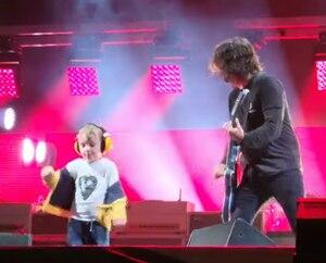 Un jeune fan des Foo Fighters vient les rejoindre