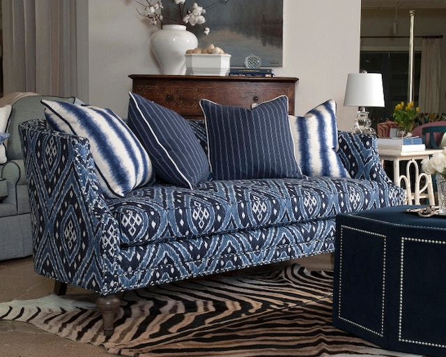 MON COUP DE CŒUR! Sans doute à cause de ses imprimés bleus et de ses formes ondulantes, le canapé Sibilla, de la collection Viage, apporte chaleur et bonheur. On a envie de se baigner dans ses coussins!