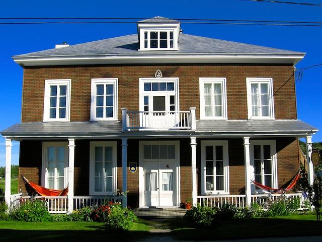 Le presbytère du Bootlegger peut héberger les  visiteurs de la Maison du Bootlegger.