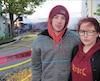 William Thériault-Venne et Sofyanna Brown Dupuis devant le périmètre de sécurité. Au loin, leur logement en feu.