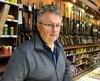 Le comptoir à l'intérieur duquel avaient été placés les armes a été défoncé. Les voleurs se sont emparés de tout ce qu'il contenait. Le propriétaire de l'entreprise, Sylvain Blackburn, estime que le vol était prémédité.