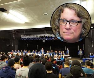 Lors de la réunion d'hier soir, Le Journal a pris cette photo sur laquelle on voit la présidente des cols bleus, Chantal Racette, debout au centre. La syndicaliste, aussi en mortaise, n'a pas mâché ses mots à l'encontre de la juge Danielle Grenier et de la Ville.