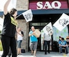 Des employés de la SAQ en grève devant une succursale, sur le chemin de Chambly, à Longueuil, le17 juillet dernier.