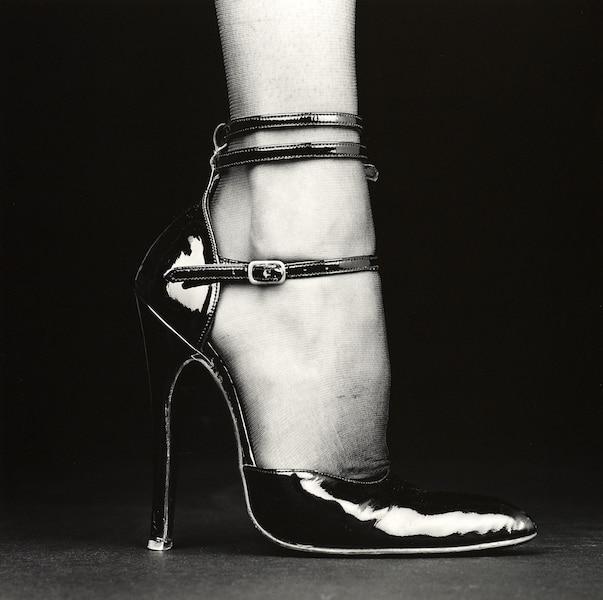 Melody (Chaussure) – 1987  Robert Mapplethorpe  Épreuve à la gélatine argentique Image : 48,9 × 49,2 cm Des tirages en noir et blanc qui témoignent d'une recherche de la perfection esthétique.