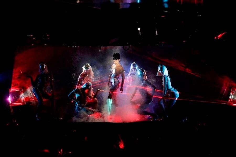 Elle danse avec une prothèse pic à glace au Crazy Horse à