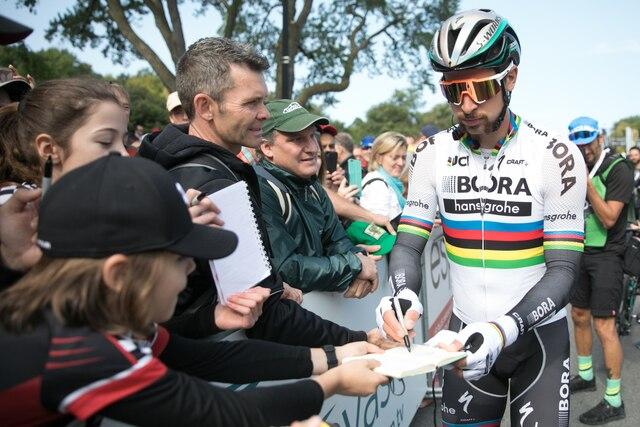 Peter Sagan signe des autographes avant le Grand Prix Cycliste de Montréal, dimanche le 10 septembre 2017. DARIO AYALA/AGENCE QMI