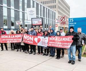 Une vingtaine de citoyens ont manifesté leur appui à la municipalité de Grenville-sur-la-Rouge, dans les Laurentides, vendredi, au palais de justice de Saint-Jérôme.