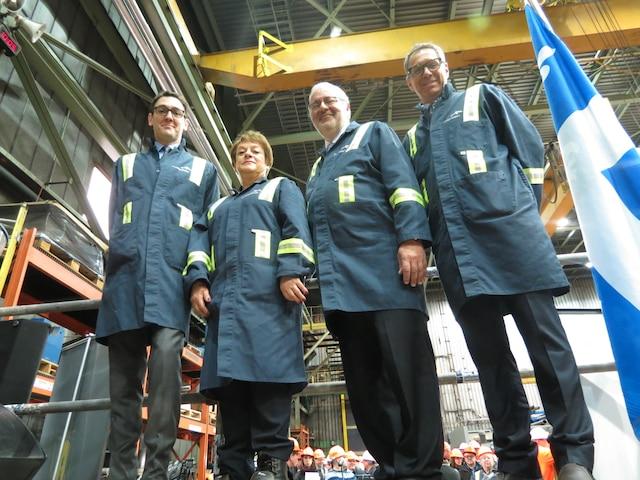 Martin Imbleau, vice-président Développement de l'entreprise Gaz Métro, Violaine Doyle, mairesse de Port-Cartier, Pierre Arcand, ministre de l'Énergie et Pierre Lapointe, président d'ArcelorMittal Exploitation minière Canada, lors de la confirmation de l'octroi d'une subvention de 4,5M$ du Fonds vert pour le projet-pilote de l'usine de bouletage de Port-Cartier.