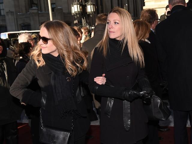Les soeurs Annie et Suzie Villeneuve lors de l'entrée des invités aux funérailles de René Angelil, célébrées ce vendredi après-midi 22 janvier 2016, à la Basilique Notre-Dame, à Montréal.