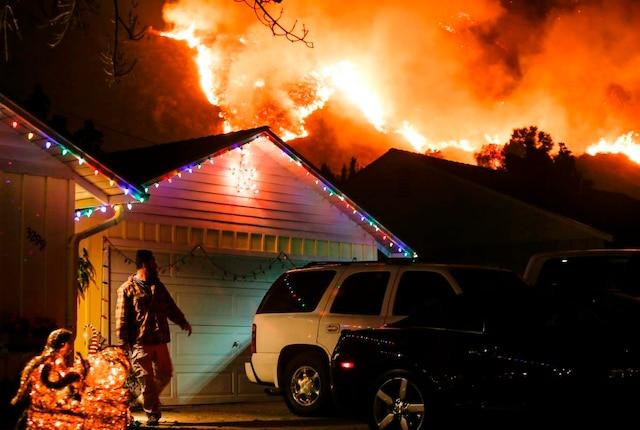 Un homme se prépare à évacuer sa maison alors que les flammes font rage près de Santa Paula, en Californie.