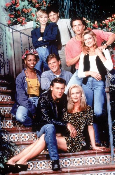 Grant entouré de ses covedettes de Melrose Place: Josie Bissett, Thomas Calabro, Andrew Shue, Courtney Thorne-Smith, Vanessa A. Williams, Doug Savant  et Amy Locane.