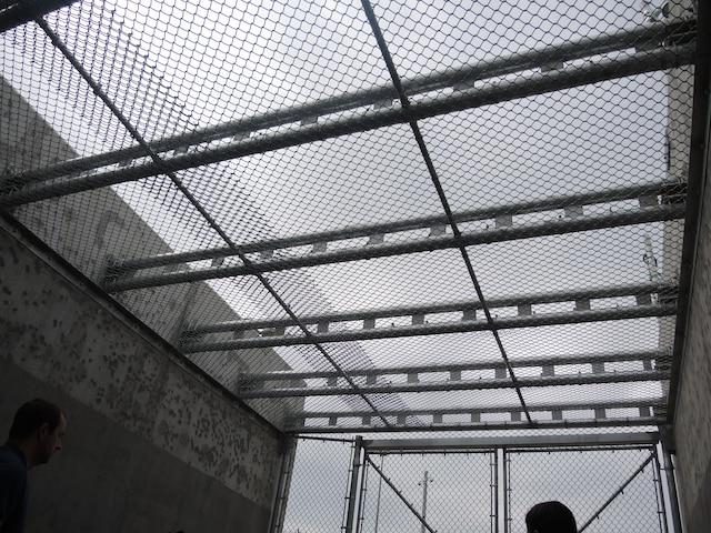 Caméras infrarouges dernier cri, brouillages des ondes cellulaires et un toit anti-évasion grillagé ; le nouveau centre de détention de Roberval ne devrait pas être le théâtre d'évasions spectaculaires comme celles de St-Jérôme ou de Québec.