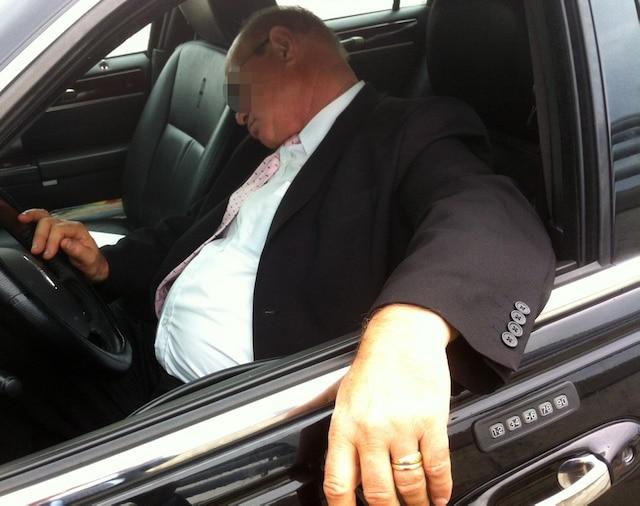Des chauffeurs dorment régulièrement en attendant les clients à l'aéroport.