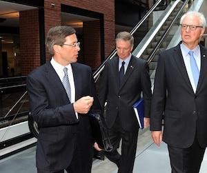 André (à droite) et Paul Desmarais Jr (au centre) avaient déjà clairement indiqué qu'ils ne croyaient plus vraiment à l'imprimé pour la diffusion de l'information.