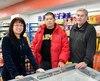 Le Chinois de Montréal Bin He (au centre) a visité en février le dépanneur de Jonquière de Gérald Beaulieu (à droite) dans le but de l'acheter. C'est la courtière immobilière Dong Mei Guo (à gauche) qui les a mis en contact.