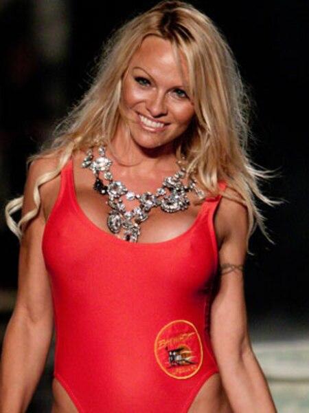 Sans doute la vedette américaine la plus connue du petit écran ayant accepté de se déshabiller pour Playboy et Hugh Hefner, Pamela Anderson, qui a joué dans l'émission Baywatch, a débuté sa carrière de playmate en 1989. Depuis, elle s'est retrouvée 12 fois - un record - en page frontispice du magazine.