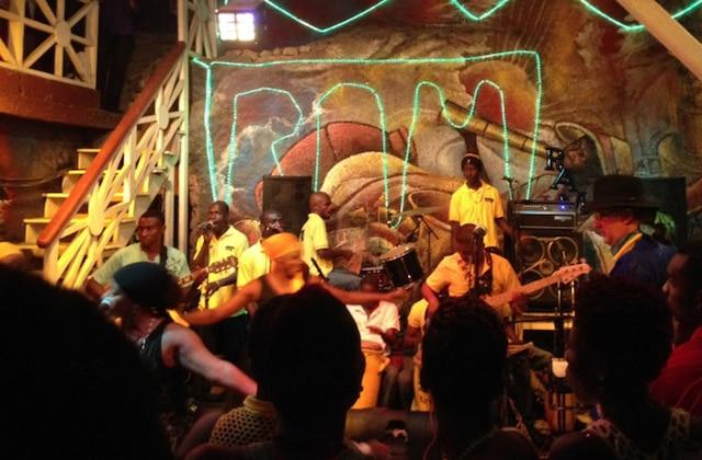 RAM en concert à l'hôtel Oloffson à Port-au-Prince.