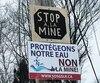 Des opposants au projet de réouverture de l'ancienne mine Miller à Grenville-sur-la-Rouge ont installé des affiches un peu partout.