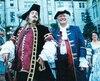 En 1998, les Fêtes de la Nouvelle-France étaient de mise plutôt que les Médiévales, un choix plus approprié pour la Vieille Capitale, selon le maire Jean-Paul L'Allier (à droite).