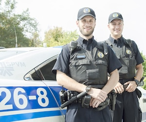 Les policiers Rafael Beaulieu et Simon Lavoie.