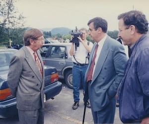 Le premier ministre de l'époque, Lucien Bouchard, s'était rendu à L'Anse-Saint-Jean le 26 juillet 1996. On le voit en compagnie de Jacques Brassard, alors ministre, et de l'homme d'affaires Pierre Péladeau, aussi sur les lieux.