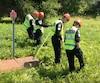 Les policiers ont sillonné le boisé autour de la scène de crime, mercredi, pour tenter de trouver des éléments de preuves.