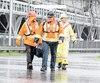 Les investissements en infrastructure ont donné de l'emploi à plusieurs travailleurs depuis quelques années. Sur la photo, des travailleurs quittent le chantier du nouveau pont Champlain à Montréal.