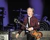 L'irrésistible Paul McCartney, 76 ans, a lancé sa tournée mondiale Freshen Up sur une note triomphale en offrant, comme c'est son habitude, un concert marathon constitué de tous les grands succès de son imposant répertoire. Presque 40 chansons, toutes reconnaissables dès les premiers accords.