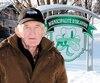 Donald Stewart pose à l'entrée du village d'Irlande, bastion anglais où il est maintenant le seul anglophone.