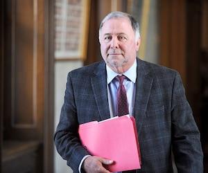 Pierre Paradis avait été expulsé du caucus libéral après qu'une de ses ex-employées eut déposé une plainte d'inconduite sexuelle.