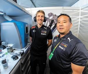 Dario Izzo et David Tsurusaki veillent à la qualité de l'essence et de l'huile utilisées chez Red Bull.