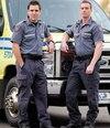 Après avoir subi un face-à-face, les ambulanciers Guillaume Lauzon et Patrick Saucier ont sauvé un garçon en arrêt cardiaque. Le père est décédé sur le lieu de l'accident.
