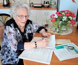 Émilienne Beaupré achève ici sa déclaration de revenus 2018 à la Résidence des Aînés de Saint-Alexandre-de-Kamouraska, qu'elle habite depuis 2005.