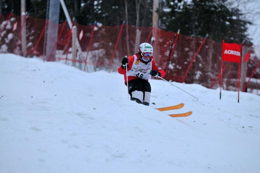 Pierre Cusson, ici avec Mikaël Kingsbury, est fortement impliqué dans le milieu du ski acrobatique depuis 25 ans.
