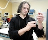 Pharmacien en salle d'urgence depuis 13 ans, Éric Villeneuve déplore que la pénurie de professionnels qui perdure depuis 10 ansprivedes patients de leur expertise. Plus de la moitié des urgences du Québec n'ont pas de pharmacien en poste.