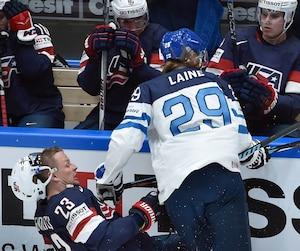 Patrik Laine, de la Finlande, a offert une solide mise en échec à l'américain Matt Hendricks.