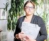 Catherine Gélinas, âgée de 59 ans, a vidé ses économies pendant ses arrêts de travail pour épuisement, anxiété et dépression, que l'assureur SSQ a partiellement reconnus. Elle tient des documents remis à la compagnie.