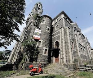 Depuis 1997, l'église Saint-Cœur-de-Marie est fermée au culte et est en décrépitude. Sur cette photo, on voit le bâtiment situé sur Grande Allée, hier. On remarque que des véhicules se stationnent aux abords de l'ancien lieu de culte