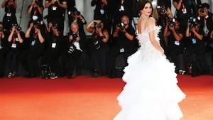 PENÉLOPE CRUZ - De passage en Italie pour assister à la présentation du film Wasp Network, dont elle tient la vedette, la belle Espagnole a fait tourner toutes les têtes dans une robe de tulle blanche de Ralph& Russo. Aux oreilles? Des pendentifs Atelier Swarovski.