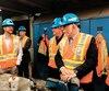Le premier ministre Philippe Couillard (à droite), lors d'une visite à la mine Goldex, à Val-d'Or, la semaine dernière. Son gouvernement a adopté, ce printemps, une nouvelle stratégie nationale sur la main-d'œuvre.