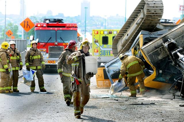 Un conducteurs a eu la frousse de sa vie, lundi matin, lorsque la pelle mécanique quil transportait a violemment percuté un viaduc.