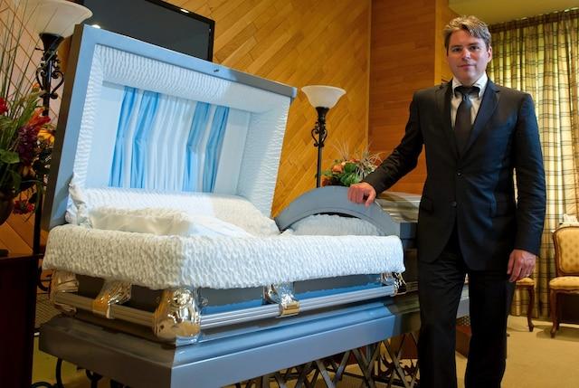 Patrick Fortin à son salon funéraire de L'Épiphanie. L'homme d'affaires risque de tout perdre s'il est incapable de rembourser ses créanciers d'ici la mi-avril.