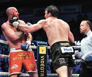 Après un bon début de combat, Dillon Carman a fini par flancher devant les attaques de Simon Kean.
