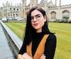 Roxane Noël, doctorante en philosophie médiévale, pose devant le King's College de l'Université de Cambridge, en Angleterre.