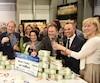 Pour cette 12e édition du concours de la Vente du million, Jacques Tanguay, à gauche, a remis le gros lot au gagnant et à son épouse (au centre), notamment accompagnés du porte-parole, Gino Chouinard.