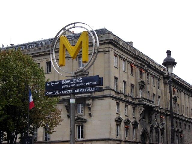 Avec leur gros «M» en jaune, les stations de métro à Paris sont facilement identifiables