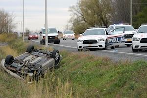 Pourchassé par les policiers, il aurait perdu la maîtrise de son véhicule et aurait effectué des tonneaux.