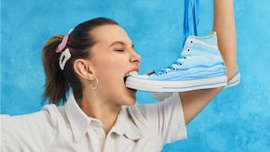 Image principale de l'article Millie Bobby Brown sort une collection de Converse